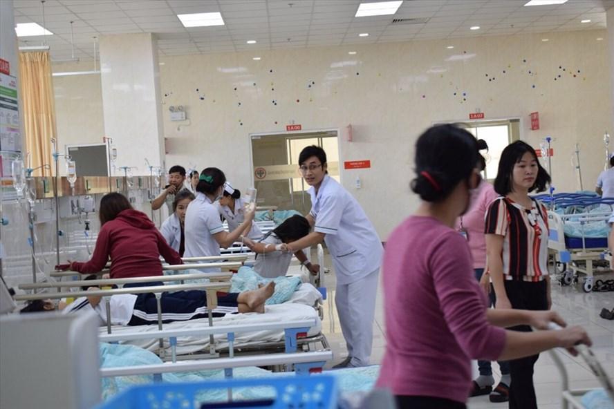 Các em học sinh đang được điều trị tại bệnh viện