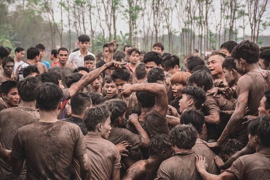 Cảnh hỗn loạn tại lễ hội Phết Hiền Quan. Ảnh: Phan Anh