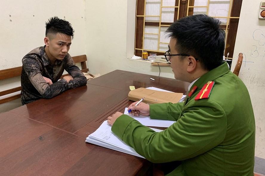 Đối tượng Lê Tiến Đạt tại cơ quan công an. Ảnh: CALS.