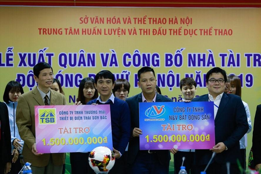 Mỗi nhà tài trợ trao 1,5 tỉ cho bóng đá nữ Hà Nội. Ảnh: Đ.H