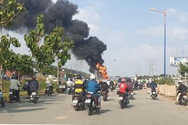 Xe bồn chở hàng tấn nhiên liệu bốc cháy dữ dội. Ảnh: T.S