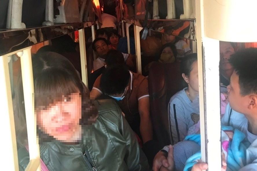 Lượng khách trên xe ôtô mang BKS 15B - 037.26 vượt quá 16 người so với quy định. Ảnh: Công an tỉnh Thanh Hóa