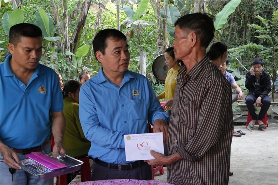 Đồng chí Phan Xuân Quang - Chủ tịch LĐLĐ tỉnh Quảng Nam - thăm, động viên gia đình các em học sinh xấu số. Ảnh: Công Huy