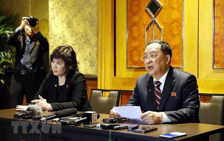 Ngoại trưởng Triều Tiên Ri Yong-ho (phải) chủ trì cuộc họp báo đêm 28.2, rạng sáng 1.3. Ảnh: TTXVN.