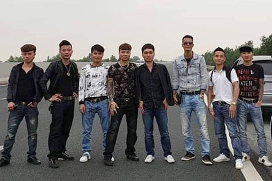 Khá Bảnh cùng 7 người dàn ngang chụp hình trên cao tốc. Ảnh: Facebook Ngô Bá Khá.