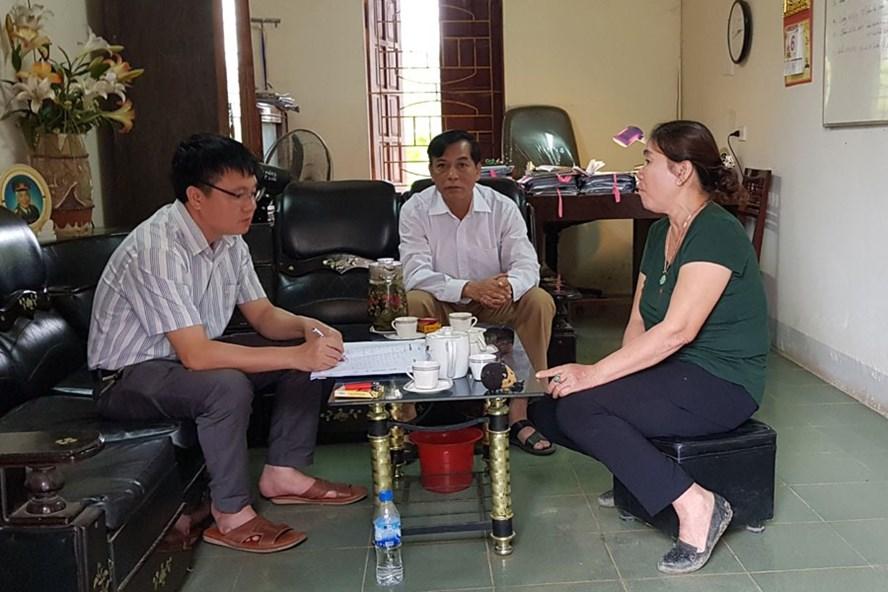 Chị Bùi Thị Ngân (phải) trao đổi với PV Báo Lao Động. Ảnh: HOÀNG TÙNG