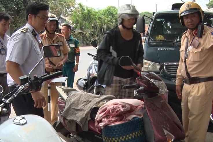 Bắt quả tang nhiều vụ chở thịt heo không dấu kiểm dịch bằng xe máy