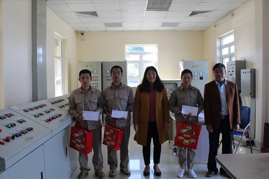 Chủ tịch LĐLĐ tỉnh Lai Châu Nguyễn Thị Thiện thăm và tặng quà cho công nhân lao động Cty CP nước sạch Lai Châu.