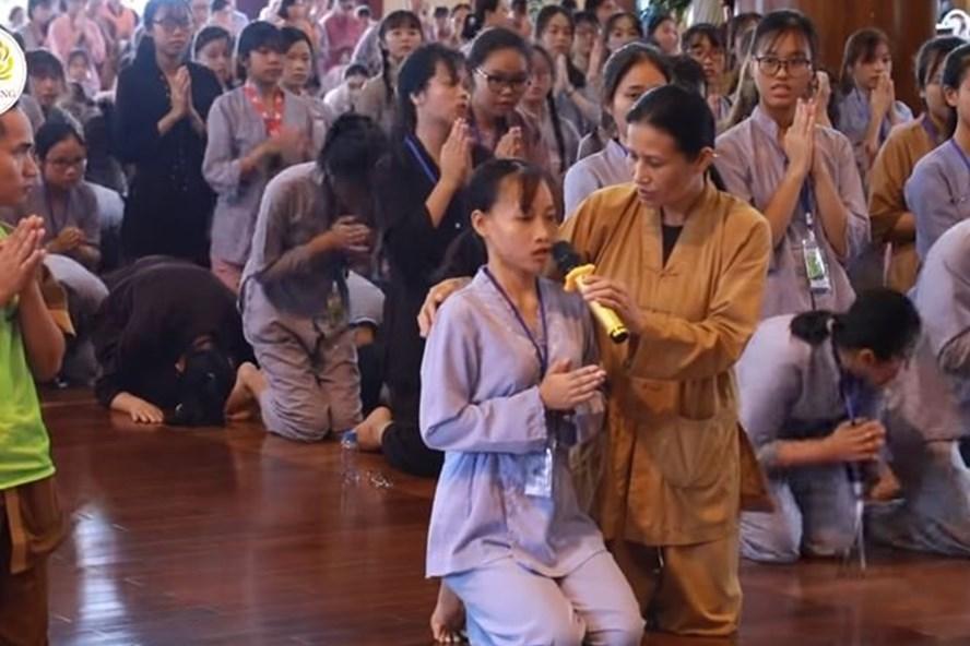 Bà Phạm Thị Yến trong một buổi giải nghiệp ở chùa Ba Vàng. Ảnh: T.L