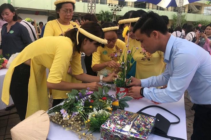 Tổ chức thi cắm hoa, gây quỹ chăm lo cho con công nhân