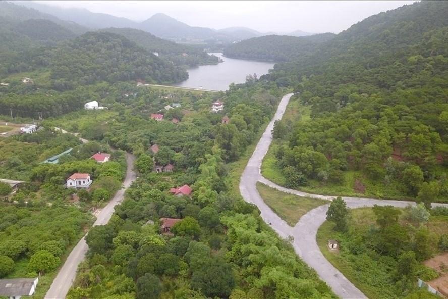 Đất rừng phòng hộ Sóc Sơn có nhiều công trình vi phạm trật tự xây dựng. Ảnh: Văn Thắng.