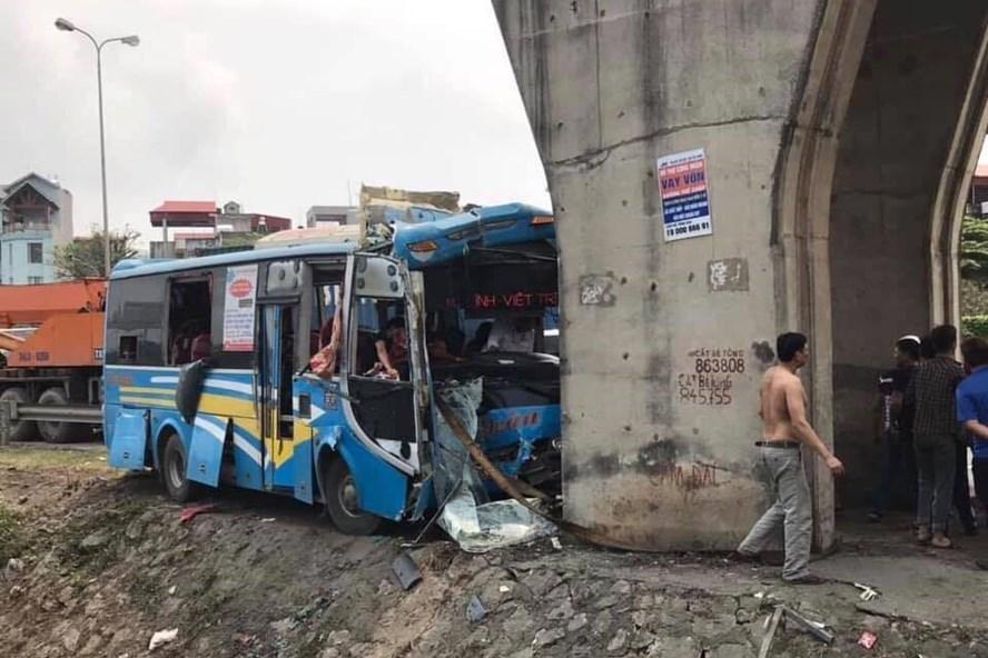 Xe khách mất lái đâm thẳng vào chân cầu vượt, 12 người bị thương.