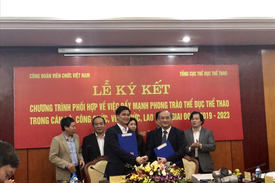 Phó Chủ tịch Tổng LĐLĐVN, Chủ tịch CĐ Viên chức VN Ngọ Duy Hiểu (trái) trong buổi ký kết chương trình phối hợp giữa CĐ Viên chức VN với Tổng cục TDTT.