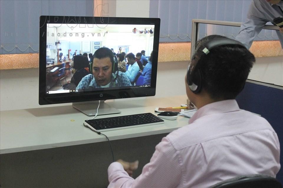 Nhà tuyển dụng phỏng vấn trực tuyến tại phiên giao dịch việc làm. Ảnh AT.