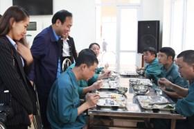 CĐ Công thương VN tặng quà CNLĐ Cty CP gang thép Thái Nguyên
