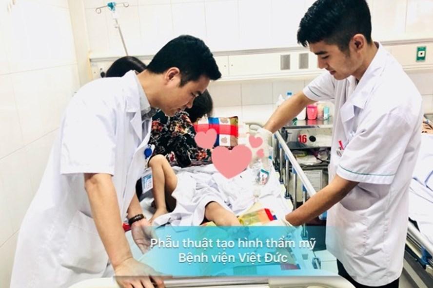 Ths.BS Vũ Trung Trực thăm khám cho bệnh nhi sau ca phẫu thuật