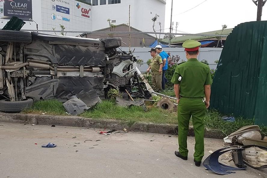 """Hiện trường vụ xe """"điên"""" đâm hàng loạt xe máy ở ngã tư Mai Dịch. Ảnh: Phạm Đông."""