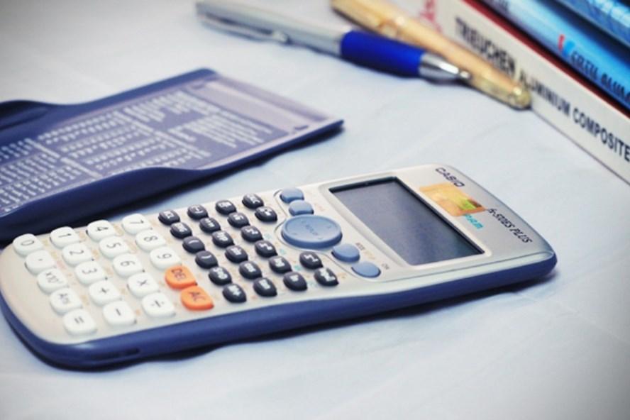 Các máy tính không có chức năng soạn thảo văn bản, sử dụng thẻ nhớ để lưu dữ liệu, gửi - nhận thông tin, ghi âm, ghi hình được phép mang vào phòng thi.