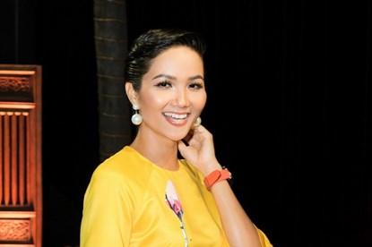 Hoa hậu H'Hen Niê tóc tém ấn tượng cùng trang phục áo dài