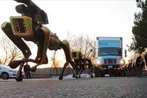 Đàn chó robot phô diễn sức mạnh, kéo xe tải hạng nặng lên dốc