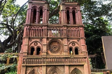 Chiêm ngưỡng nhà thờ Đức Bà Paris phiên bản gốm ở phố Hội