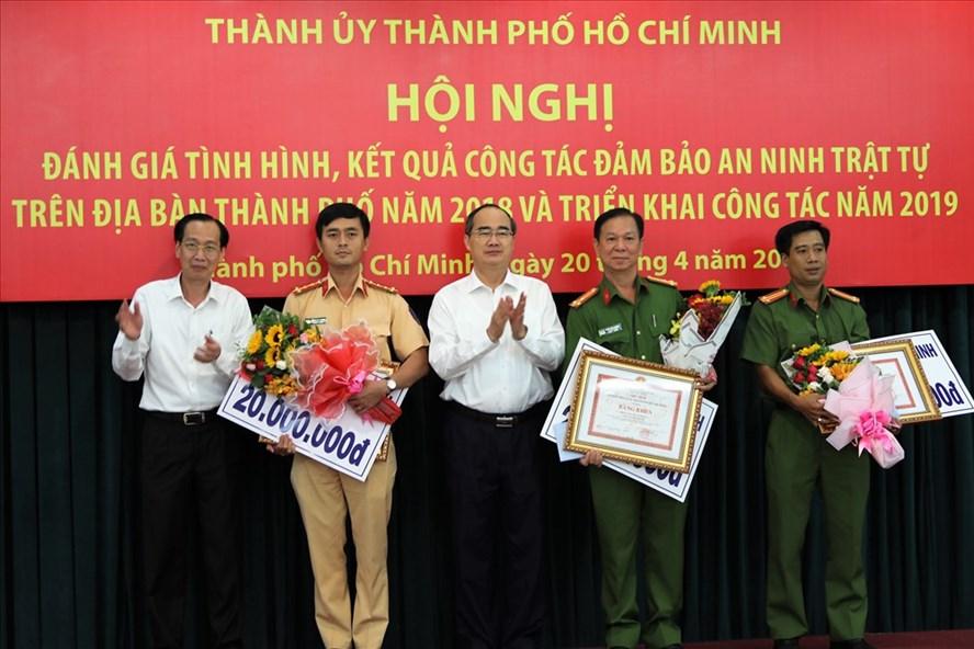 Ông Nguyễn Thiện Nhân - Ủy viên Bộ Chính trị - Bí thư Thành ủy TPHCM cùng đại diện UBND TPHCM  trao bằng khen, tiền thưởng cho các đơn vị tham gia bắt ma túy số lượng lớn. Ảnh: Trường Sơn