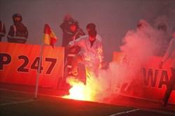 CĐV Hải Phòng đốt pháo sáng, sân Hàng Đẫy chìm trong biển khói