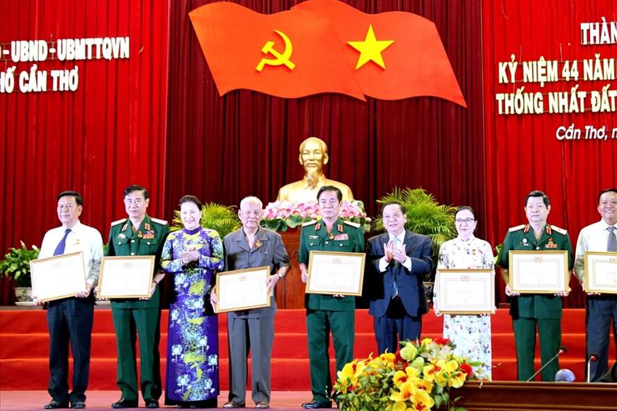 Chủ tịch Quốc hội Nguyễn Thị Kim Ngân trao Huy hiệu cao niên tuổi Đảng cho các đồng chí lão thành cách mạng.