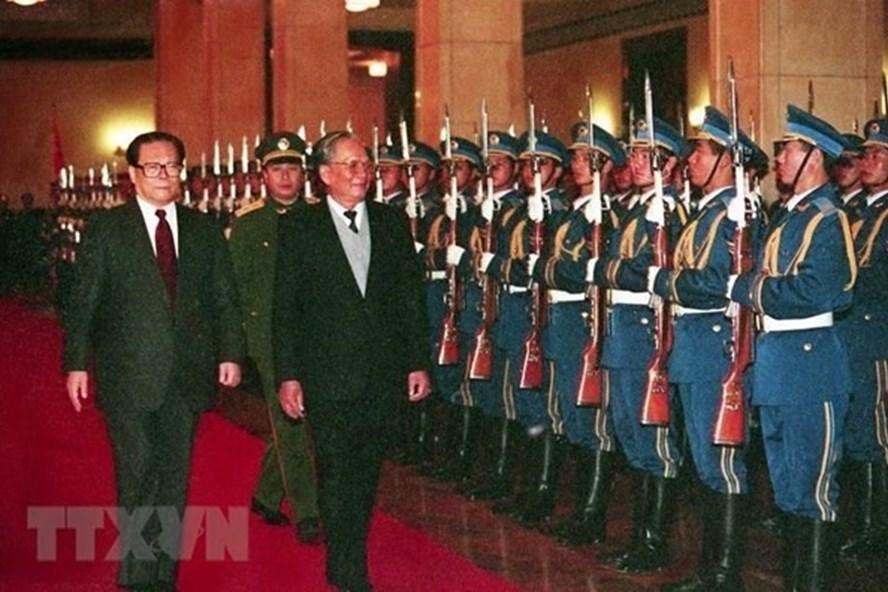 Chủ tịch Nước Lê Đức Anh và Chủ tịch Trung Quốc Giang Trạch Dân duyệt đội danh dự tại lễ đón ở Đại Lễ đường nhân dân, thủ đô Bắc Kinh, ngày 9.11.1993, trong chuyến thăm hữu nghị chính thức Trung Quốc từ 9-15.11.1993. Ảnh: TTXVN.