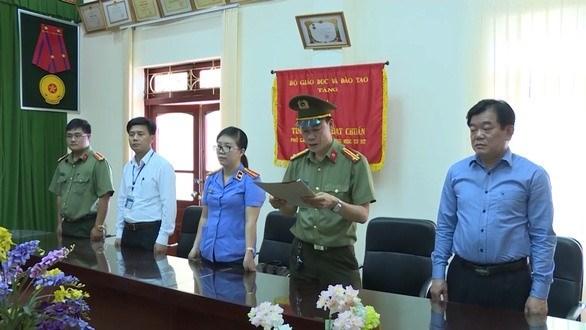 Sau những sự việc đã xảy ra, dường như ông Hoàng Tiến Đức - Giám đốc Sở GDĐT Sơn La (ngoài cùng bên phải ảnh) vẫn đứng ngoài cuộc. Ảnh cắt từ clip công an cung cấp.