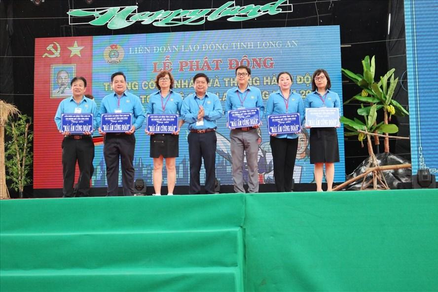 Trao mái ấm công đoàn tại Lễ phát động Tháng Công nhân tỉnh Long An.