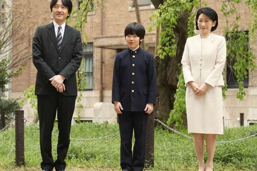 Hoàng tử Hisahito (giữa) cùng cha mẹ là Hoàng tử Akishino và Công nương Kiko. Ảnh: Mainichi.