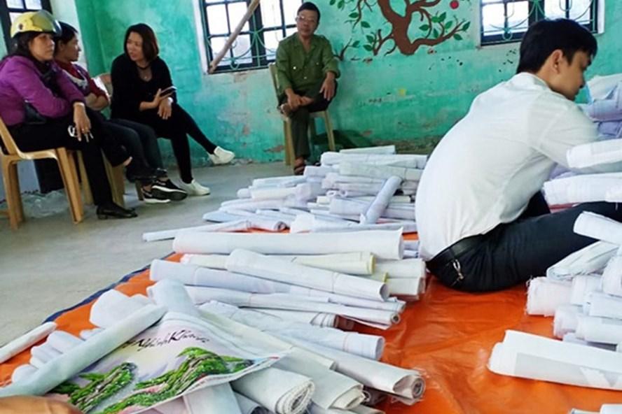 Sản phẩm tranh đính đá được bà Hường tập kết tại cơ sở cũ của Trường mầm non Nam Hà. Ảnh: KL.