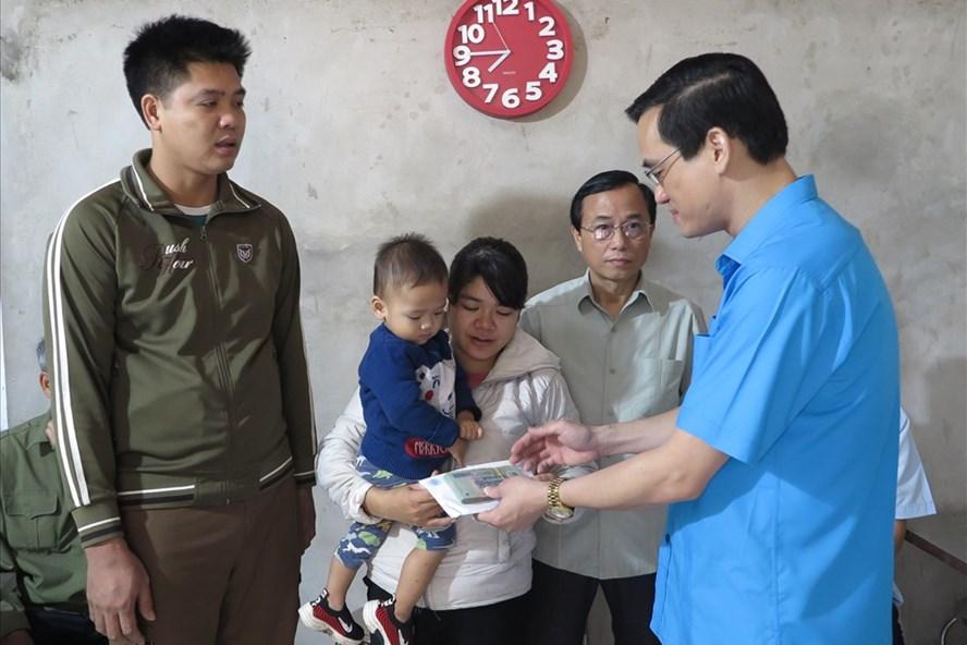 Đồng chí Nguyễn Hải, Ủy viên BCH Tổng LĐLĐ Việt Nam, Tỉnh ủy viên, Chủ tịch LĐLĐ tỉnh Phú Thọ trao hỗ trợ tới chị Thà.