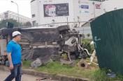 Khoảnh khắc xe Mercedes tông hàng loạt xe máy tại Cầu Giấy