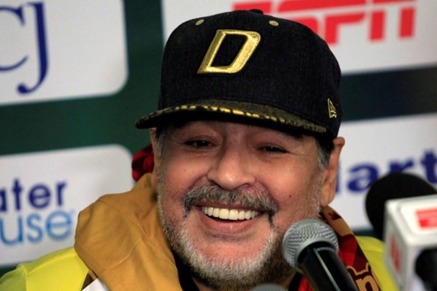 Diego Maradona trong cuộc họp báo sau trận thắng của Dorados trước Tampico Madero. Ảnh: Reuters