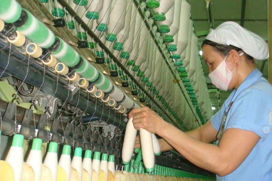 Quy định trong dự thảo BLLĐ còn có điều khoản mâu thuẫn với Luật BHXH gây khó khăn cho lao động nữ. Ảnh: NAM DƯƠNG