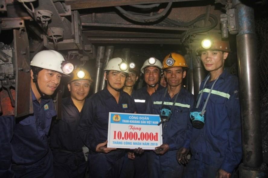 Đồng chí Lê Thanh Xuân – Chủ tịch Công đoàn TKV thăm, tặng quà CNLĐ Công ty than Hòn Gai.