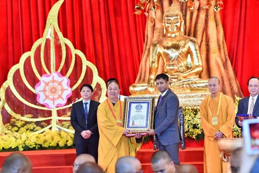 Thượng toạ Thích Thọ Lạc, Ủy viên Thư ký Hội đồng Trị sự, Quyền Trưởng Ban Văn hóa TW GHPGVN, nhận chứng nhận kỷ lục thế giới.