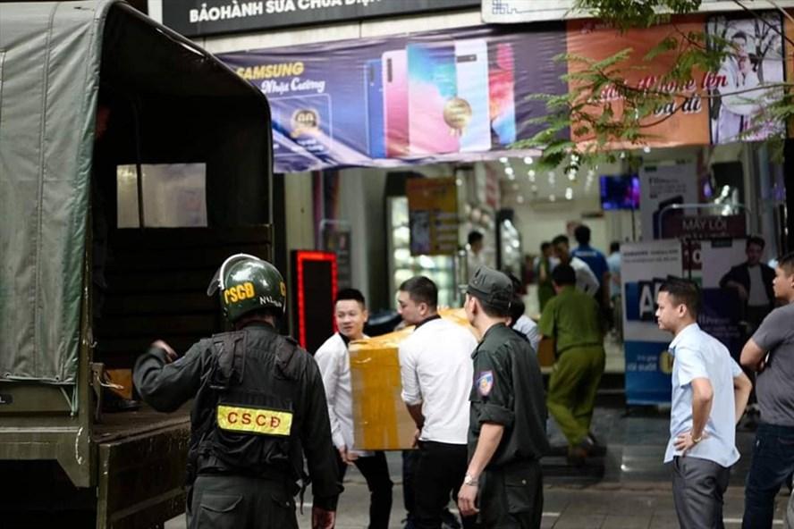 Công an khám xét cửa hàng Nhật Cường mobile tại 33 Lý Quốc Sư. Ảnh PV