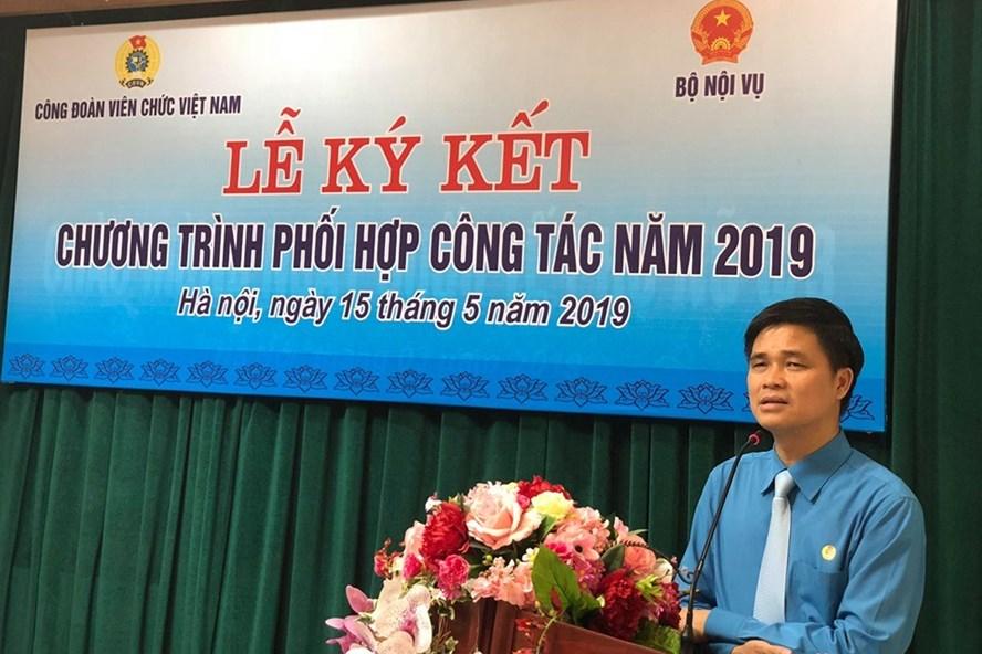 Đồng chí Ngọ Duy Hiểu - Phó Chủ tịch Tổng LĐLĐVN, Chủ tịch CĐVCVN phát biểu tại Lễ ký kết chiều ngày 15.5