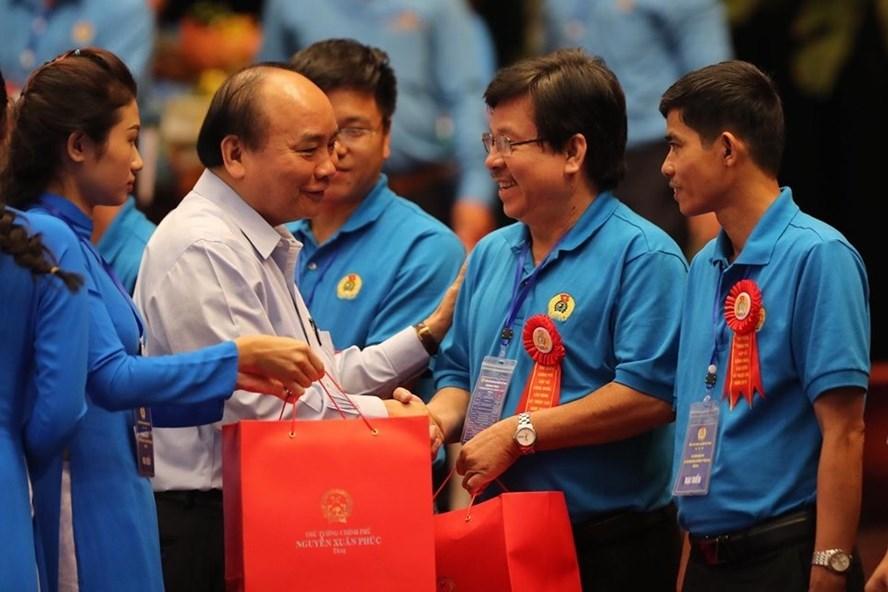 Thủ tướng Nguyễn Xuân Phúc trao quà cho 23 công nhân tiêu biểu trong cuộc gặp gỡ công nhân, lao động kỹ thuật cao năm 2019. Ảnh: Sơn Tùng