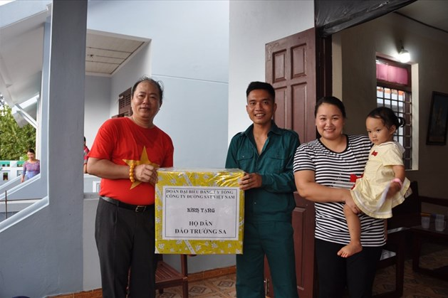 Đồng chí Vũ Anh Minh- Bí thư Đảng ủy, Chủ tịch HĐTV Tổng công ty ĐSVN tặng quà gia đình công dân trên đảo Trường Sa Lớn