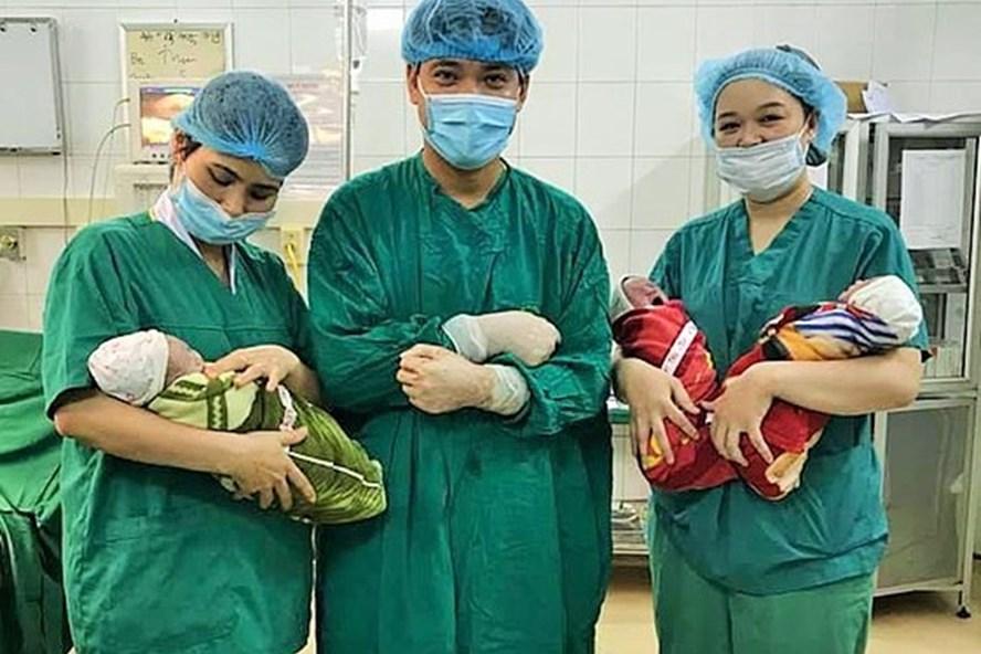 Các BS và 3 anh em sinh 3 cùng trứng. Ảnh: BSCC