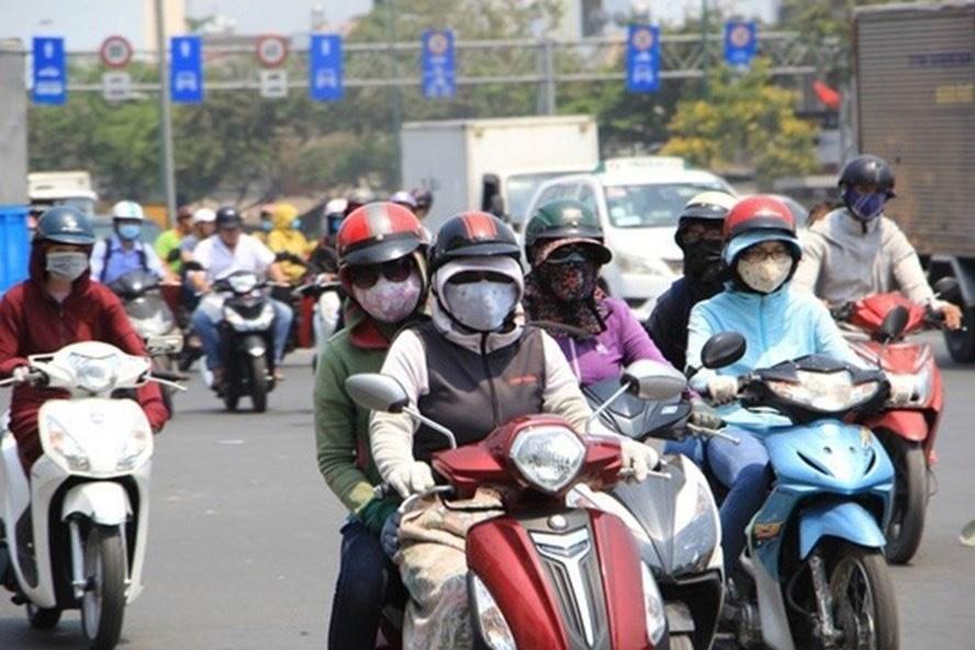Nắng nóng gay gắt tại Hà Nội khiến nhiệt độ trên nhiều tuyến phố lên tới 450C (ảnh chụp trưa 17.5). Ảnh: LĐ
