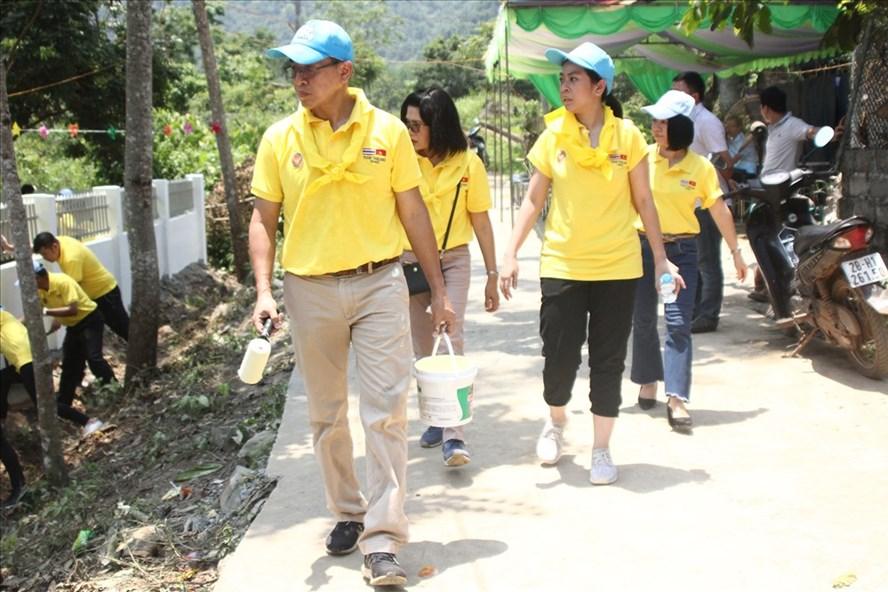 Đại sứ Thái Lan tại Việt Nam dẫn đầu đoàn tham gia hoạt động thiện nguyện tại trường mầm mon ở huyện Cao Phong, tỉnh Hòa Bình trong ngày 18.5, ngay trong đợt nắng nóng đỉnh điểm ở miền Bắc. Ảnh: P.V.