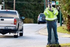 """Đặt hình nộm cảnh sát y thật khiến tài xế """"mất vía"""""""