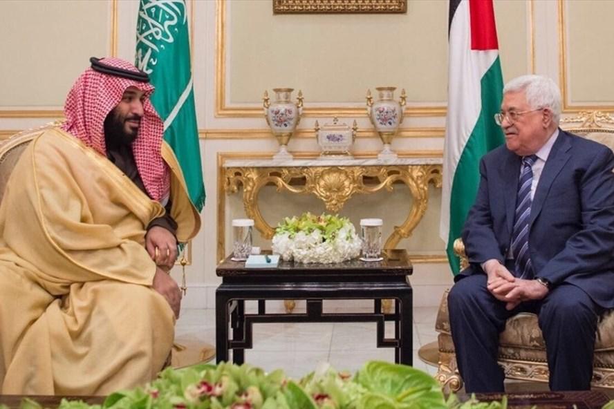 Thái tử Saudi Arabia Mohammed bin Salman trong một cuộc gặp với Tổng thống Palestine Mahmoud Abbas. Ảnh: Saudi Press Office