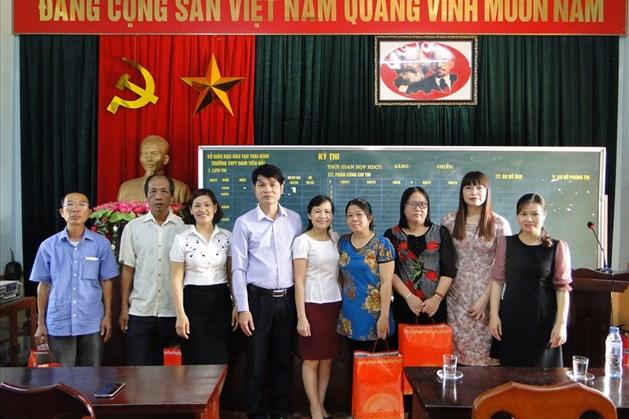 Lãnh đạo công đoàn ngành GD trao quà cho đoàn viên giáo viên, NLĐ tại Trường PTTH Nam Tiền Hải.