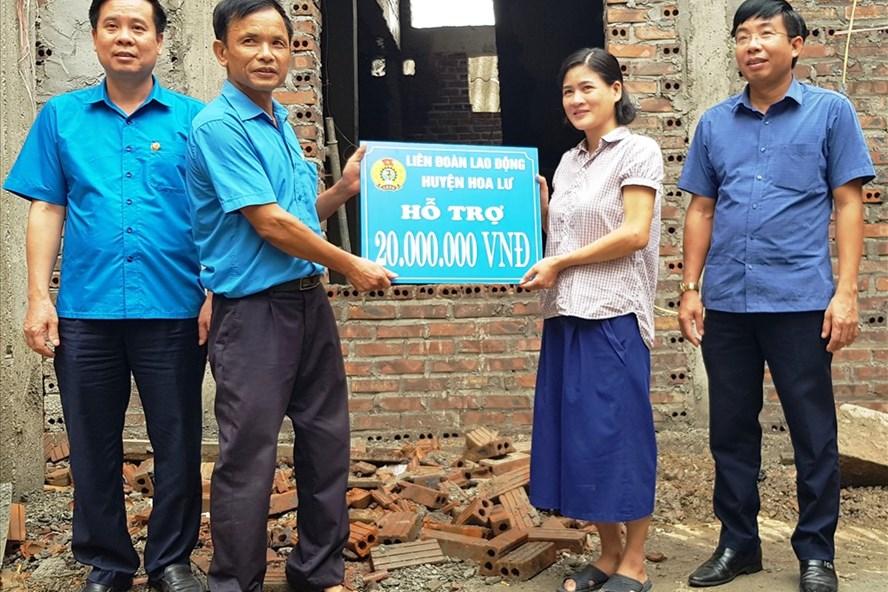 Đại diện lãnh đạo LĐLĐ huyện Hoa Lư trao tiền hỗ trợ cho gia đình chị Ngân. Ảnh: NT